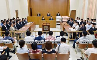 米軍普天間飛行場の名護市辺野古への移設を巡る訴訟で、判決が言い渡された福岡高裁那覇支部の法廷