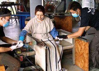 県民の利用が増えているガラス作り体験=7日、読谷村の海風