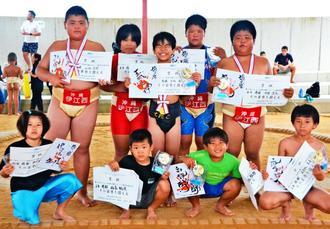 わんぱく相撲沖縄ブロック浦添全島大会で優勝した男女選手