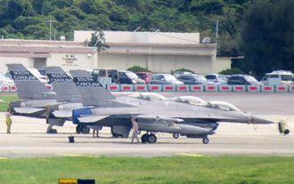 20日未明に激しい騒音を出しながら嘉手納基地を離陸したF16戦闘機=19日午後1時すぎ撮影、米軍嘉手納基地
