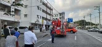 店舗1階部分が全焼した火災現場。放火とみられる=25日午後5時20分ごろ、豊見城市宜保