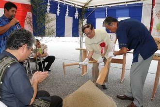 コージェネレーション設備工事でくわ入れするタピック沖縄の宮里好一社長(右から2人目)ら=3日、南城市佐敷新里