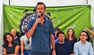 台湾へ発つ前の記者会見で「辺野古で起きているのは民主主義の危機だ」と訴える「虹の戦士号」のマイク・フィンケン船長=12日、那覇新港沿岸