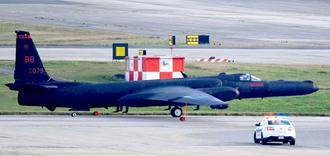 嘉手納基地に飛来したU2偵察機=23日午後4時22分