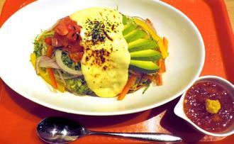 「たっぷり野菜のラクレットタコライス」(750円)は女性に人気