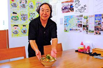 「はい、どうぞ」とやさしい笑顔で野菜そばを出す店長の寺田光枝さん=浦添市港川
