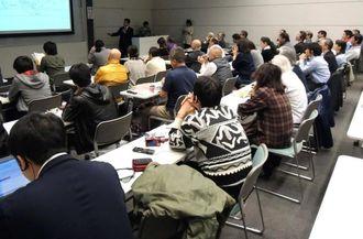 オニヒトデの大量発生に関する最新の研究について、講演を聴く人たち=那覇市の県立博物館・美術館