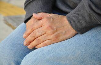 コロナ禍で退職を迫られたエミコさん。「不安だが、生活しないといけない」と話す=1日、沖縄本島内