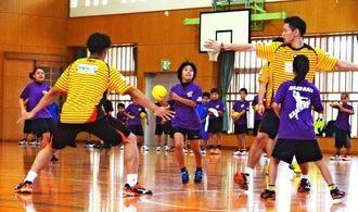 コラソン選手とミニゲームを楽しむ児童=4月29日、うるま市・兼原小学校体育館