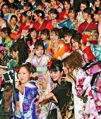 夢へ!! 新成人へ、沖縄の先輩たちがメッセージ
