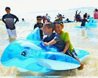 晴天の海 500人満喫/具志川でビーチまつり