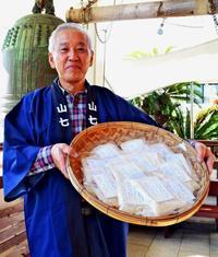 祈願米振る舞い22年目 今回も800セット配布 那覇市達磨寺の初詣客へ