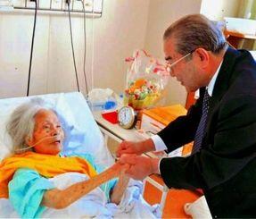 58年ぶりに恩師の宮城さん(左)と再会した山城正邦さん=那覇市内の病院