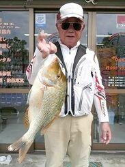 南部海岸で47・5センチ、1・57キロのタマンを釣った久手堅憲秀さん=9日