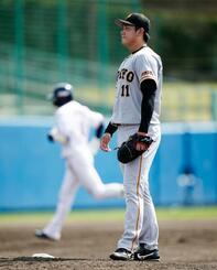 ヤクルトとの練習試合で、山田(奥)に2ランを浴びた巨人・平内=浦添
