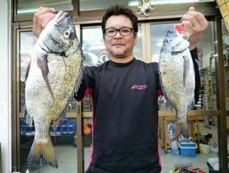 西崎一文字で42センチ、1.03キロのミナミクロダイを釣った魚軍団の嘉数秀俊さん=2日