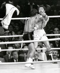 12ラウンドにフローレスの猛攻を受け、具志堅はリングに棒立ち、ついにタオルが入った瞬間=1981年3月8日、具志川市総合体育館