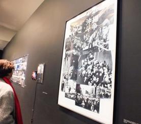「沖縄闘争」のテーマで基地に苦しむ沖縄の現状などが写真で紹介された=フランス・パリ市内