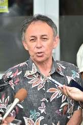 県知事選への出馬要請を受け、記者団の取材に応じる玉城デニー氏=23日午後、沖縄市内