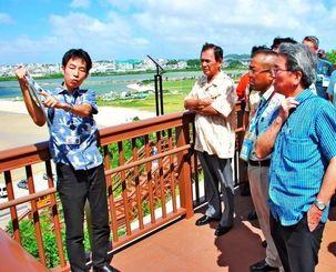 那覇空港第2滑走路の工事状況について説明を聞く拡張整備促進連盟のメンバーら=19日、豊見城市・瀬長島