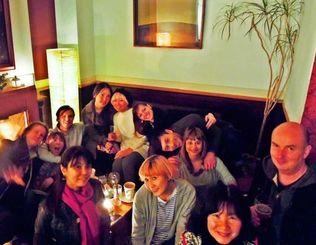 チャリティーイベントで「ナビィの恋」の上映を楽しんだ参加者ら=3月7日、ロンドン市内