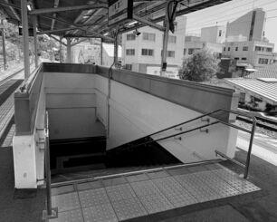 静岡県熱海市のJR来宮駅のホームから見た階段。エレベーターはない(筆者撮影)