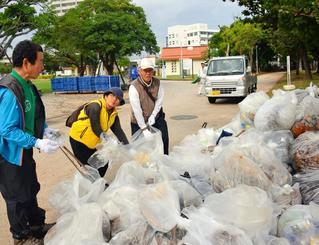 約100袋のごみを分別するクリーン作戦の参加者=4日、那覇市・奥武山総合運動公園