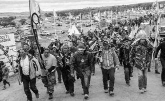 ダコタ・アクセス・パイプライン計画に抗議する米国の先住民族スタンディングロック・スー族らの抗議行動=11月、米国ノースダコタ州(『デモクラシー・ナウ!』より)