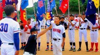 元気よく宣誓する東風平星の久高琉稀人主将(中央)=4日、八重瀬町・東風平総合運動公園