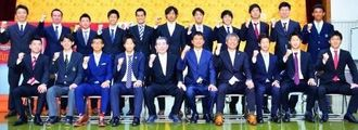 金鍾成新監督(前列左から6人目)の下、2016年シーズンをスタートさせたFC琉球の選手、スタッフら=沖縄市商工会議所