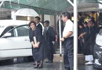 故翁長雄志知事の出棺時、駆け付けた人々に一礼する妻の樹子さん=11日午後0時40分ごろ、那覇市・大典寺
