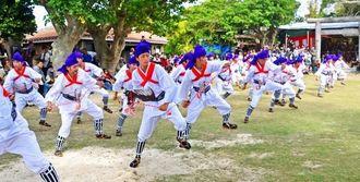 青年たちの力強い舞が披露された「馬乗者(うまぬしゃー)」=竹富島、世持御嶽前広場