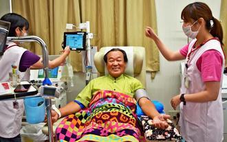 県赤十字血液センター「くもじ献血ルーム」で献血する知念善信さん=那覇市
