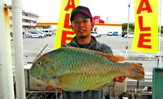 石川海岸で48・5センチ、2・03キロのマクブを釣った大城光輝さん=20日