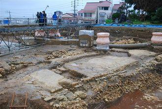 中城御殿跡の発掘調査現場。写真右から左手前に向かって延びる白い表面が今回発見された道の跡=22日、那覇市の県立首里高校内