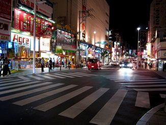 夜の国際通り(沖縄観光コンベンションビューロー提供)