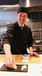 「若い世代にも気軽にすしと和食を楽しんでほしい」と語る「SUSHI KISARAGI」の金城和樹さん=東京都港区芝の同店