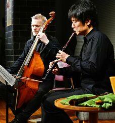 リコーダーを吹く宇治川朝政さん(右)とヴィオラ・ダ・ガンバを演奏するジョシュ・チータムさん=12日、那覇市・タイムスギャラリー