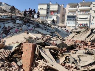 30日、トルコ西部イズミル県で地震によって倒壊した建物(ゲッティ=共同)