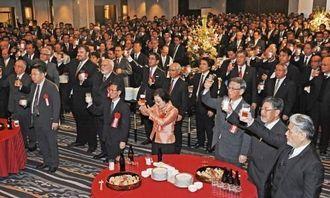 乾杯で新春を祝う経済団体合同新年宴会の出席者=5日、那覇市・ANAクラウンプラザホテル沖縄ハーバービュー