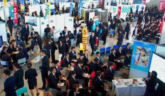 合同企業説明会には昨年よりも多くの学生が参加した=1日、宜野湾市・沖縄コンベンションセンター