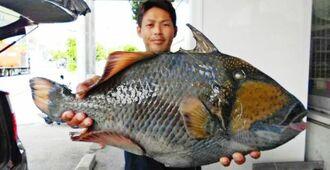 辺戸海岸で60・7センチ、5・64キロのジキランカーハジャーを釣った山城拓也さん=11日