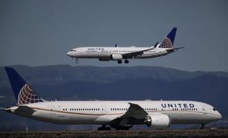 13日、米サンフランシスコ国際空港に着陸するボーイング737MAX9機(ゲッティ=共同)