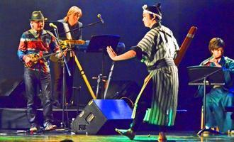 小室哲哉(左から2人目)をゲストに迎え、伝統芸能とコラボレーションしたライブパフォーマンスが行われた=沖縄市・ミュージックタウン音市場