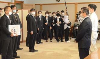 「大阪港湾局」の発足式で決意を述べる田中利光局長(左端)。右端は吉村洋文知事、右から2人目は松井一郎市長=1日、大阪市