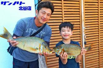 うるま市の海中道路で56センチ、2・15キロと49センチ、1・58キロのタマンを釣った金城由典さん(左)と凛皇さん=5日