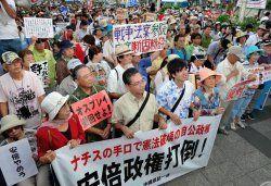沖縄への影響を心配し集まった参加者=31日午後6時すぎ、那覇市・沖縄県庁前