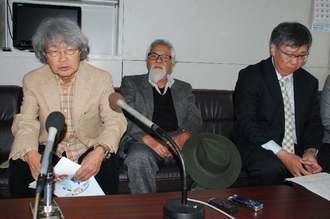 署名呼び掛け人の鎌田慧さん(左端)と金城実さん(中央)ら=20日、県庁記者クラブ