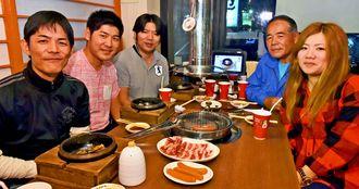 家族で焼き肉を楽しむ(左から)大城勝史さん、弟の博也さん、智也さん、父の義健さん、妹の城間小百合さん=21日、那覇市内(金城健太撮影)