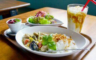 グリーンカレーと新鮮サラダ、黒糖ミルク、デザートのパンナコッタ